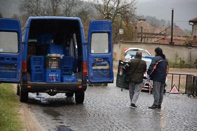 Блокадата на село Паничерево продължава. Хранителните стоки се докарват до бариерата на КПП-то, откъдето ги вземат собствениците на трите магазина в селото. СНИМКА: Ваньо Стоилов
