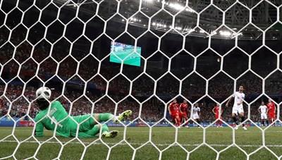 Топката се удря в главата на вратаря на Швейцария Зомер след удар от дузпа на Брайън Руис при един от най-куриозните автоголове на световното в Русия. СНИМКА: РОЙТЕРС