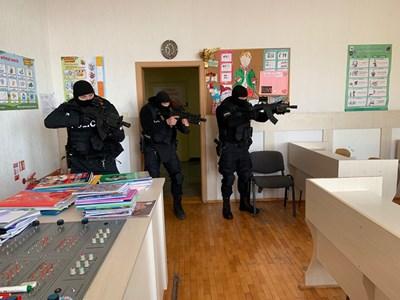 """Спецполицаи """"претърсват"""" класните стаи за съмнителни предмети.Снимки:МВР"""