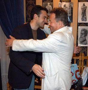 Николай Москов прегръща д-р Иво Петров на 50-годишния си юбилей. Освен пациент - лекар те бяха и добри приятели.