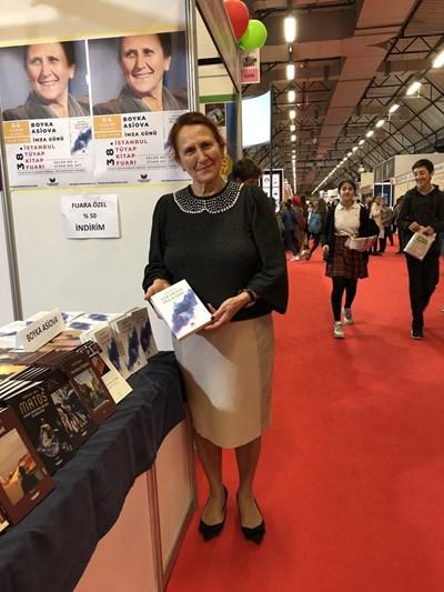 Бойка Асиова с романа си, преведен на турски