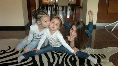 Крисия (вляво) заедно със сестрите си.   СНИМКА: ЛИЧЕН АРХИВ