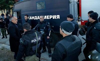 Премиерът Бойко Борисов разговаря с жандармеристи, участвали в потушаването на бунта в Харманли в петък вечерта.