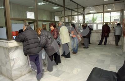 Работещите пенсионери ще трябва да подадат заявление за служебно преизчисляване в НОИ. СНИМКА: 24 часа