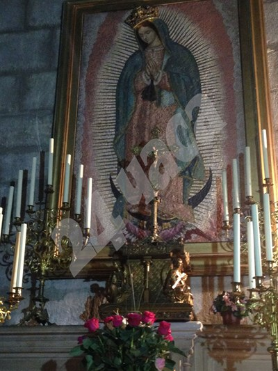"""Богородица със златна корона на една от стените преди пожара в катедралата """"Нотр Дам"""". СНИМКА: 24 часа"""