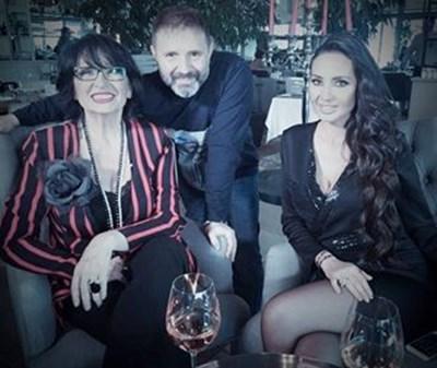 Йорданка Христова, Стилиян Иванов и Наталия Гуркова позират след интервюто на голямата певица.  СНИМКА: Личен архив