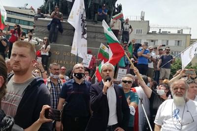 """Стотиците протестиращи на """"Възраждане"""" се отправиха към Министерство на здравеопазването. СНИМКА: Снимки: Велислав Николов"""