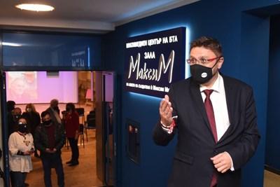 """Шефът на БТА Кирил Вълчев излиза от новата зала """"Максим"""". СНИМКА: Велислав Николов"""