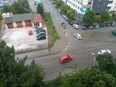 """За броени минути улиците в пловдивския квартал """"Тракия"""" се превърнаха в реки. Снимка Фейсбук/Забелязано в Пловдив"""