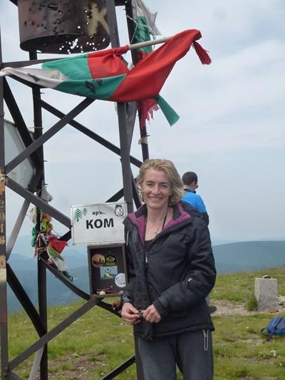 Авторката Ива Петрони на връх Ком. Пътят започва.