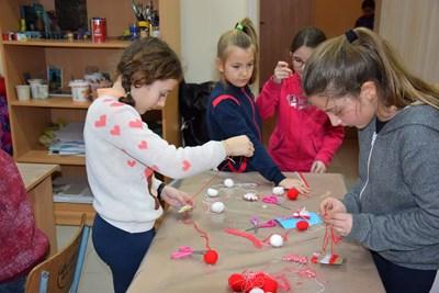 Над 200 мартенички изработиха децата от Елена