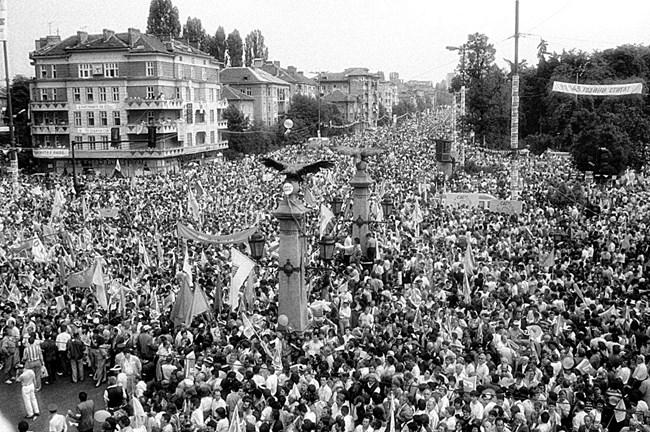 """На 7 юни 1990 г. Орлов мост и целият бул. """"Цариградско шосе"""" са изпълнени от милион души на митинг на СДС."""