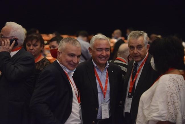 Бившите червени депутати Плавен Славов, Атанас Мерджанов и Емил Райнов (от ляво на дясно) разговарят преди началото на конгреса.