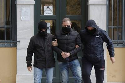Цивилни полицаи арестуват шефа на театъра Димитрис Лигнадис.  СНИМКИ: РОЙТЕРС