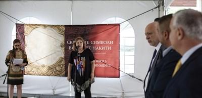 Доц. д-р Бони Петрунова  -  директор на НИМ, открива изложбата. Вдясно - министър  Минеков