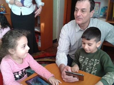 """Кметът Николай Чунчуков посети открит урок в ДГ """"Наталия"""", където деца изучават български с таблети."""