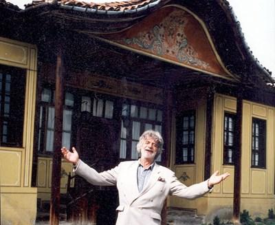 Никола Манев пред художествената си галерия в Чирпан, в чийто двор ще почива урната с праха му. СНИМКА: Архив