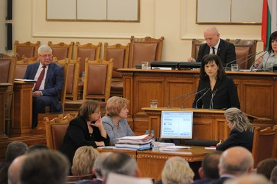 Здравният министър Кирил Ананиев и шефката на групата на ГЕРБ и на ресорната комисия Даниела Дариткова защитават бюджета за здраве.
