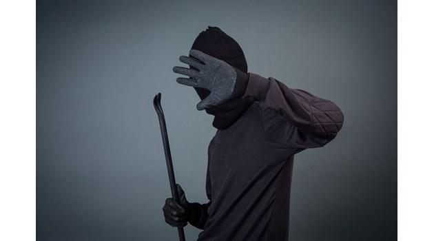 Кой бие жестоко по поръчка с маска?