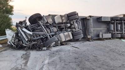 След като се обърнал, 30-тонният турски тир препречил насрещното платно и помлял 4 автомобила, пътуващи на запад към София. СНИМКИ: Ваньо Стоилов
