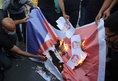 Иракчани палят френското знаме и снимки на Макрон.