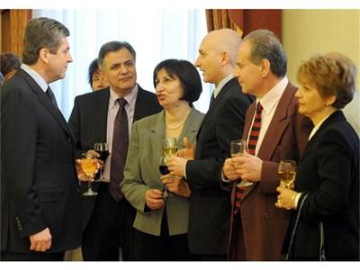 Президентът на чаша вино с бизнесмени. Шефът на Райфайзенбанк Момчил Андреев (крайният вдясно) заслужи специалното отношение като най-голям дарител в кампанията.