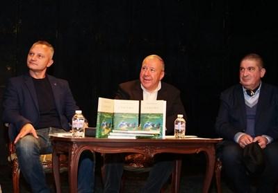 """Захари Карабашлиев, Виктор Меламед и Греди Асса (от ляво на дясно) на премиерата на книгата на Меламед - """"Сънища""""  СНИМКА: ЙОРДАН СИМЕОНОВ"""