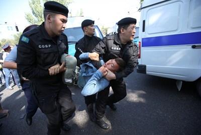 Десетки протестиращи срещу китайското влияние задържани в Казахстан (Снимки)