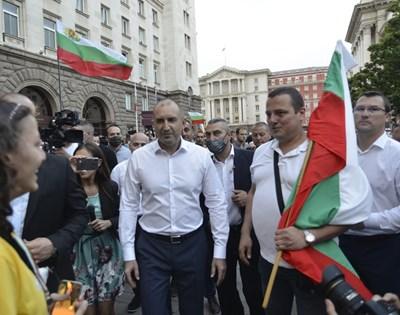 Коментар на седмицата №1: Честният изход: Радев се отказва като президент и става водач на протеста