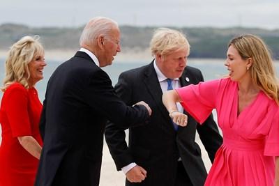 Британският премиер Борис Джонсън и съпругата му Кари поздравяват Джо и Джил Байдън. СНИМКИ: РОЙТЕРС