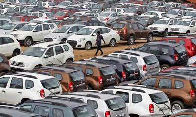 """Завод на """"Рено"""" в индийския град Ахмадабад. Миналата година внезапно свитите продажби на коли препълниха заводите с готова продукция, но за кратко време автогигантите купиха огромно количество складови площи и вече не страдат от този проблем.  СНИМКА: РОЙТЕРС"""