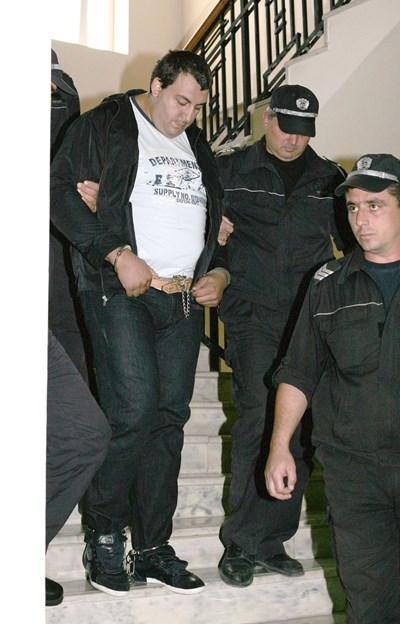Полицаи водят Петър Стоянов - Сумиста с пранги на краката