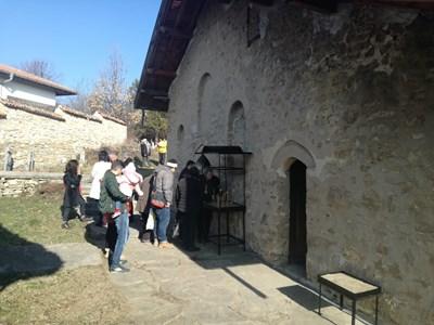 """Десетки миряни влязоха да се помолят в църквата """"Св.Атанасий"""""""