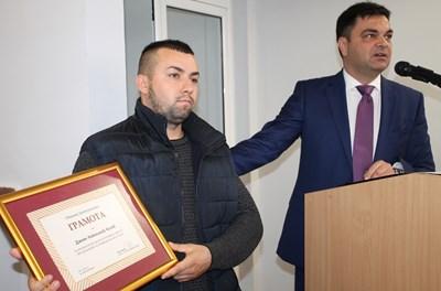 Дамян Колев бе награден от кмета на Димитровград Иво Димов малко след инцидента в общежитието.