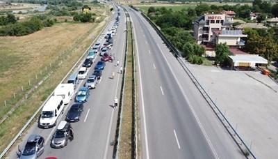 Километрична колона от леки коли на ГКПП Кулата. Снимка 24 ЧАСА