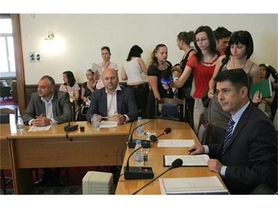 Димо Гяуров, наследникът му начело на комисията Валентин Николов (вляво) и Николай Коцев подкрепиха обвинението в конфликт на интереси срещу Доган. СНИМКА: ЙОРДАН СИМЕОНОВ