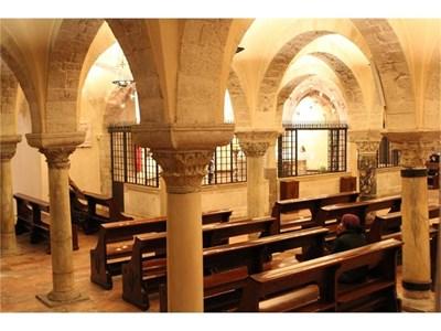 """Тук, под олтара на криптата на катедралата в Бари, почиват мощите на свети Никола. СНИМКИ: АРХИВ """"24 ЧАСА"""""""