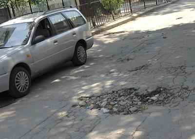 Дупки се отвориха по доста улици в Пловдив, но районните кметове твърдят, че нямат пари да ги запълнят.