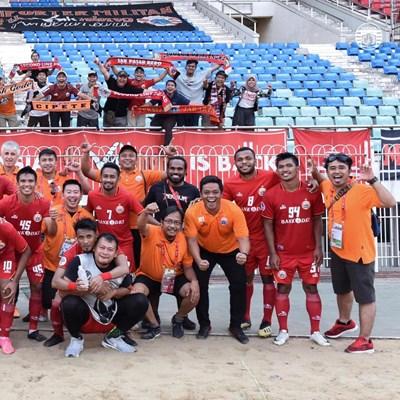 """Иван Колев (на горния ред най-вляво) и футболистите му се радват на успеха. Снимка: фейсбук на """"Персиджа"""""""