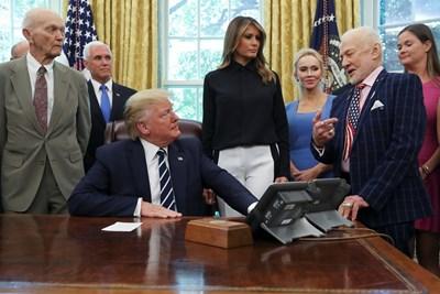 Президентът на САЩ Доналд Тръмп се срещна днес в Овалния кабинет на Белия дом с двамата все още живи астронавти от историческата космическа мисия Аполо 11 СНИМКИ: РОЙТЕРС