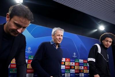 """Треньорът на """"Борусия"""" Люсиен Фавър и белгийският халф Аксел Вицел пристигат за пресконференцията преди мача с ПСЖ."""