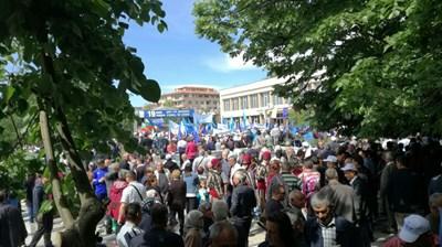 Привърженици на ДПС изпълниха площада в центъра на Джебел СНИМКИ: Ненко Станев