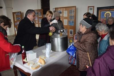 Кметът Дилян Млъзев раздаде рибен курбан на съгражданите си