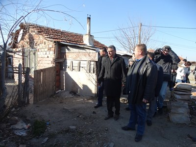 Вицепремиерът Красимир Каракачанов (вдясно) при посещението му на незаконните постройки във Войводиново  СНИМКА: АНЕЛИЯ ПЕРЧЕВА