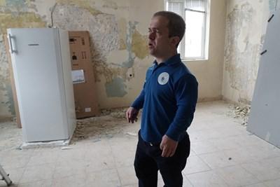 Светослав Чернев показва една от стаите, която ще бъде превърната в кризисен център. СНИМКА: Десислава Кулелиева