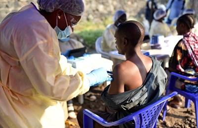 Здравното министерство ваксинира хора в двумилионния град Гома СНИМКА: РОЙТЕРСс