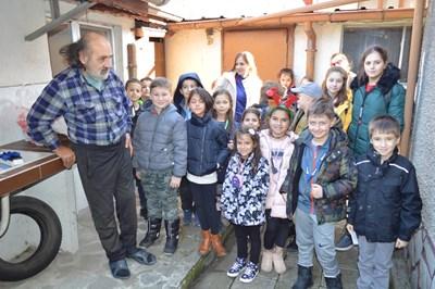 Дядо Сашо заедно с децата, които му помагат всяка седмица.  СНИМКИ: АВТОРЪТ