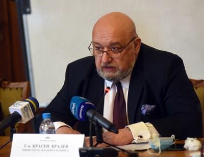 Министър Красен Кралев отговаря на въпроси на депутатите от комисията по младежта и спорта. СНИМКА: Велислав Николов