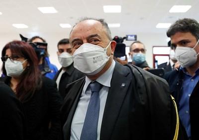 Прокурорът Никола Гратери пристига в съда за делото срещу стотиците мафиоти. СНИМКИ: РОЙТЕРС