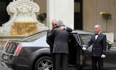 С прегръдка до вратата на колата бе посрещнат Бойко Борисов в Рим от италианския си колега Паоло Джентилони. СНИМКА: МИНИСТЕРСКИ СЪВЕТ